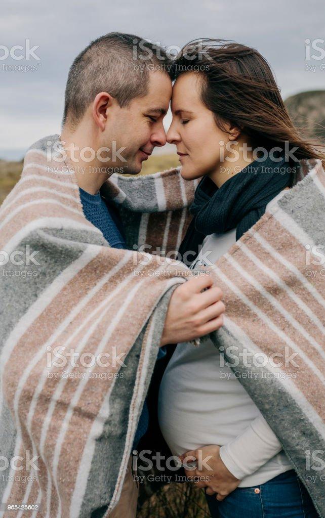 丈夫帶著毯子裹在懷裡 - 免版稅一起圖庫照片