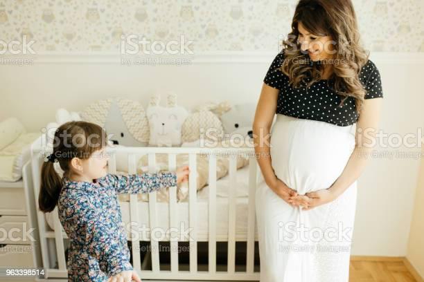 Kobieta W Ciąży I Jej Córeczka - zdjęcia stockowe i więcej obrazów 20-29 lat