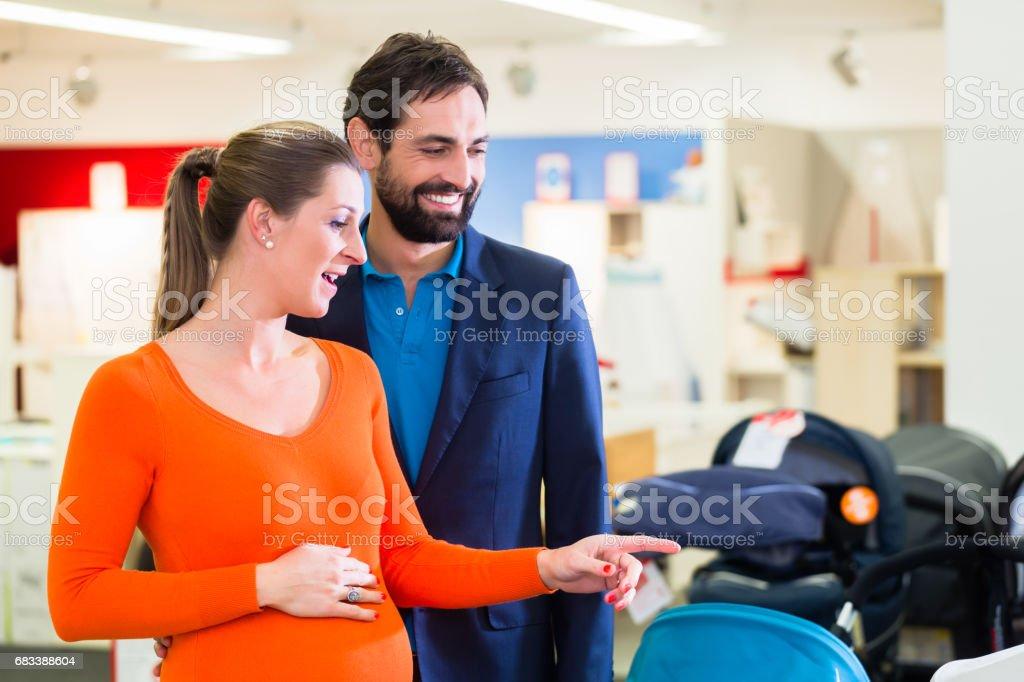Schwangere Frau und Mann im Babyshop – Foto