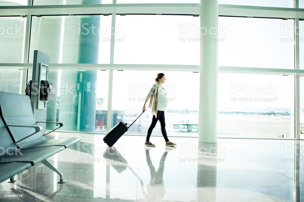 Schwangere Frau am Flughafen – Foto