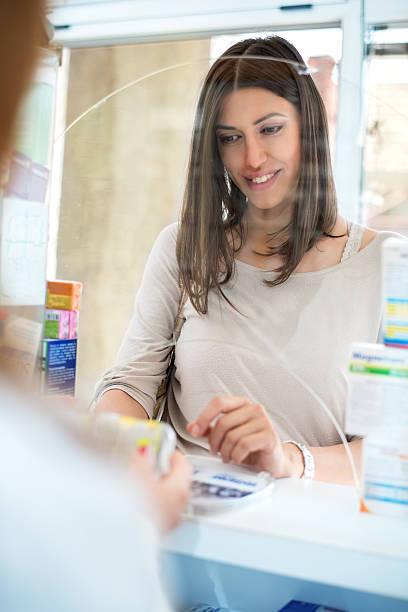 schwangere frau in der apotheke - lieblingsrezepte stock-fotos und bilder