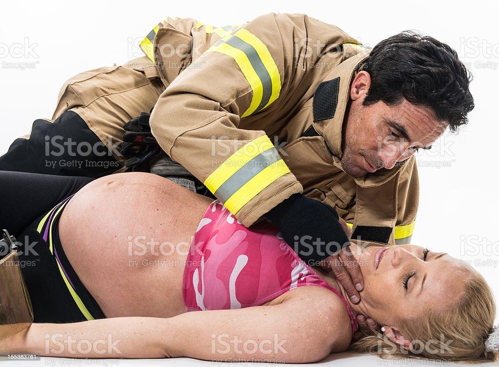 Schwangere Frau, die dabei helfen, von Feuerwehr – Foto