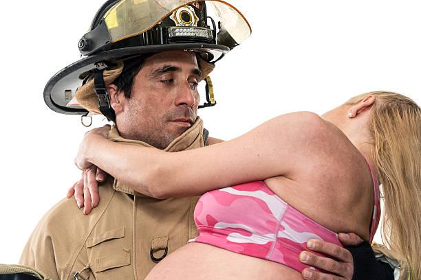 schwangere frau, die dabei helfen, von feuerwehr - was bringt unglück stock-fotos und bilder