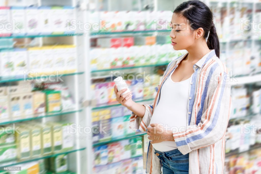 Schwangere Frau kaufen Medikamente – Foto