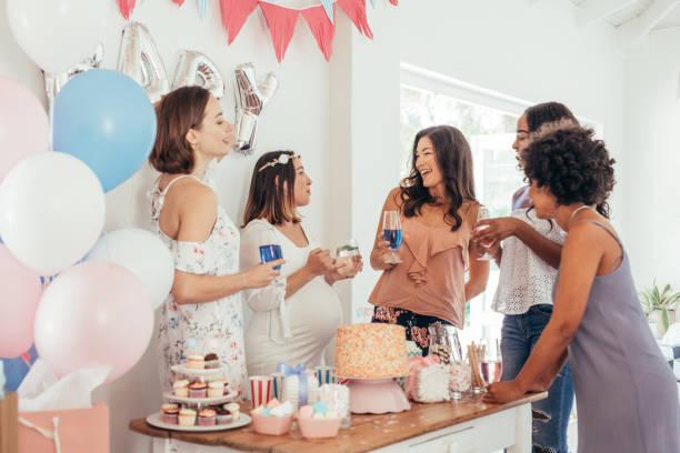 embarazada, bebé ducha fiesta con amigos - baby shower fotografías e imágenes de stock
