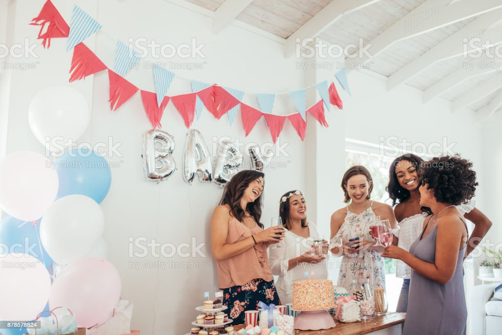 Pregnant woman celebrating baby shower with friends - foto stock