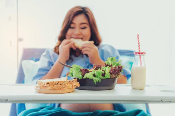 Schwangere Frau Essen Brot, Milch, Obst und Gemüse, von Verwandten zu besuchen. – Foto
