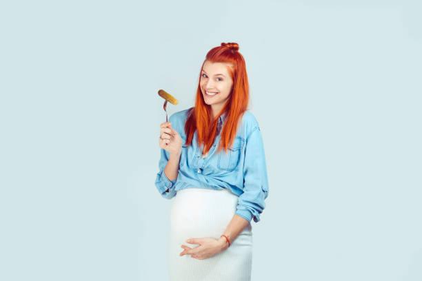 Mujer embarazada disfrutando de salmuera - foto de stock