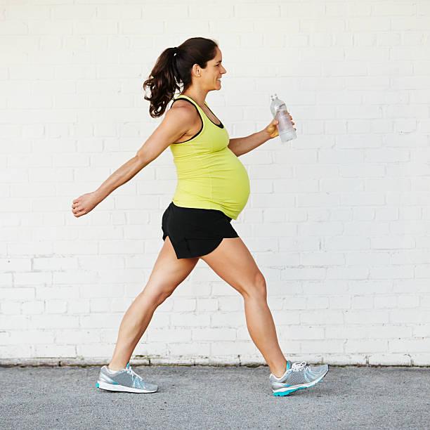 Schwangere Frau Excercising – Foto