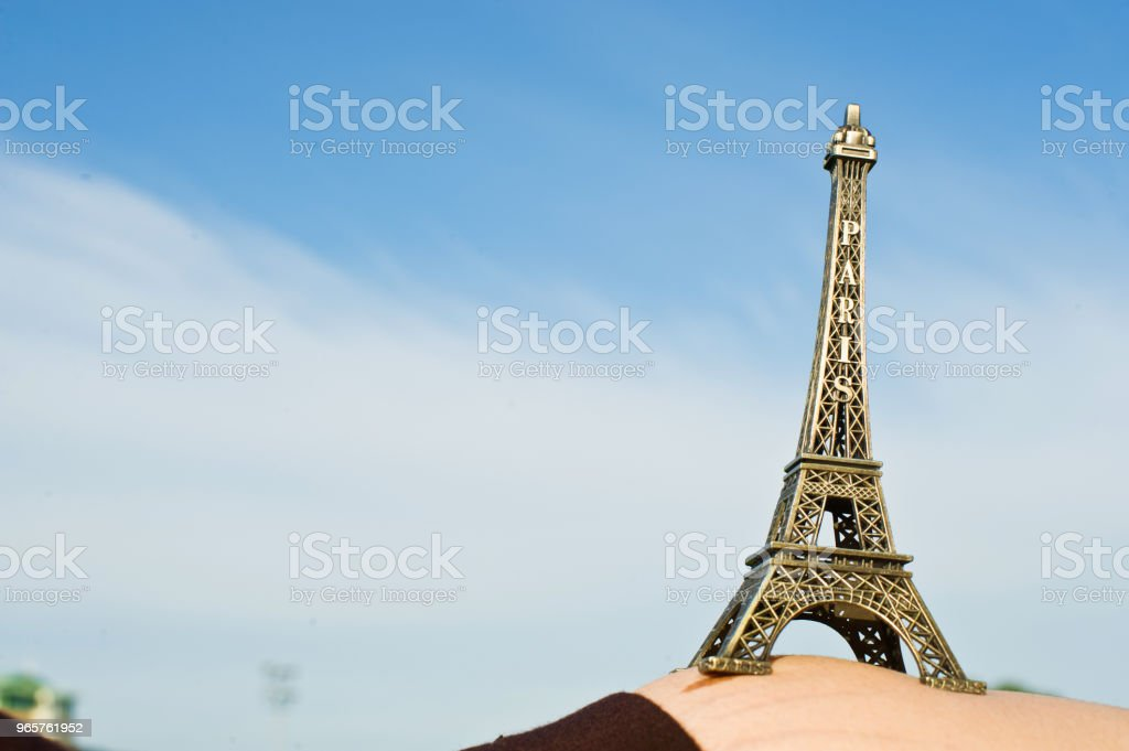 Pregnant Woman Hold Up The Eiffel Tower Replica - Стоковые фото Африка роялти-фри