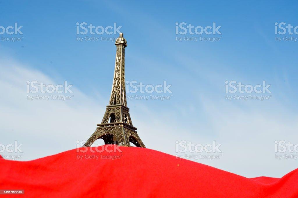 Zwangere vrouw Hold Up de Replica van de Eiffeltoren - Royalty-free Afrika Stockfoto