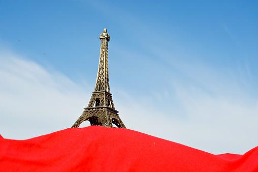 Zwangere Vrouw Hold Up De Replica Van De Eiffeltoren Stockfoto en meer beelden van Afrika