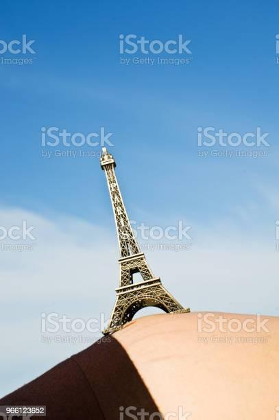 Gravid Kvinna Håller Upp Eiffeltornet Replika-foton och fler bilder på Afrika