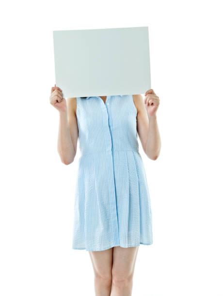 schwangere frau holding leere plakat - sprüche zur schwangerschaft stock-fotos und bilder