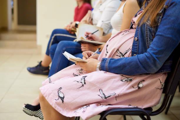 임산부를 위한 과정에서 임신 여자입니다. - 임신 및 출산 뉴스 사진 이미지