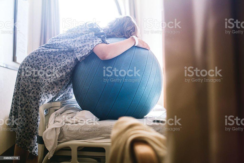 Mulher grávida no Hospital-size  - foto de acervo