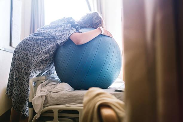 Femme enceinte à l'hôpital lit  - Photo