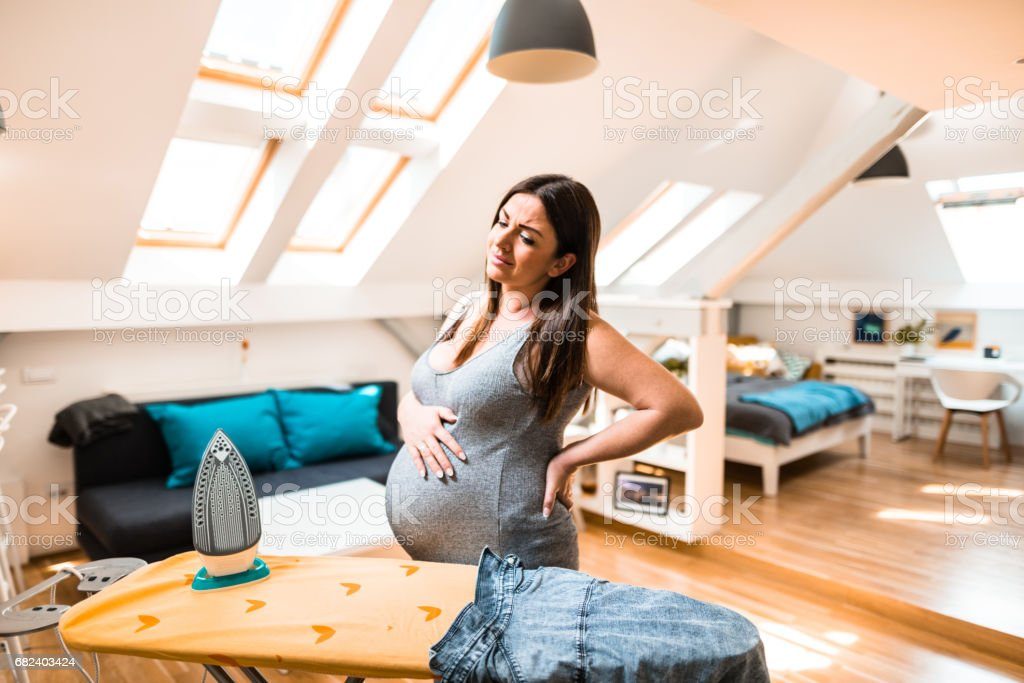 femme enceinte de repassage photo libre de droits
