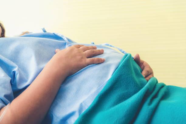 Schwangere Frau auf dem Bett und wartet auf die Geburt in einem Krankenhaus. – Foto