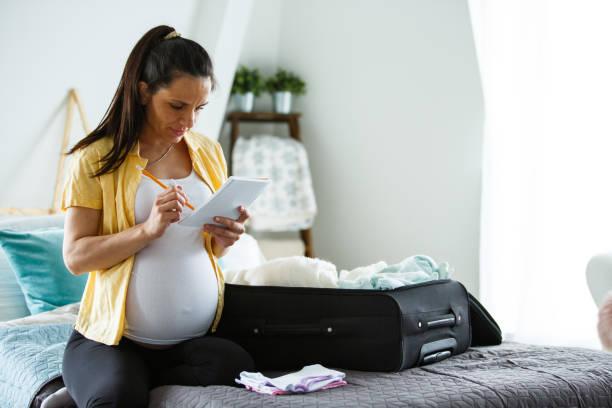 Schwangere Packerin für Krankenhaus und Notizen – Foto
