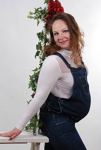 schwangere frau - jeans overall stock-fotos und bilder