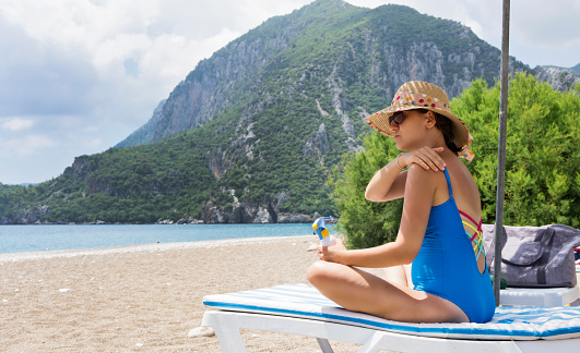 1071305850 istock photo Pregnant woman relaxing on the beach 998458042