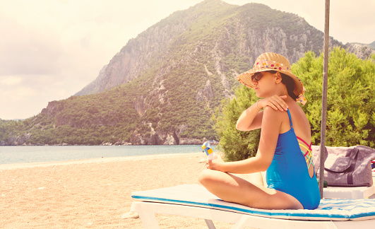 1071305850 istock photo Pregnant woman relaxing on the beach 999848506