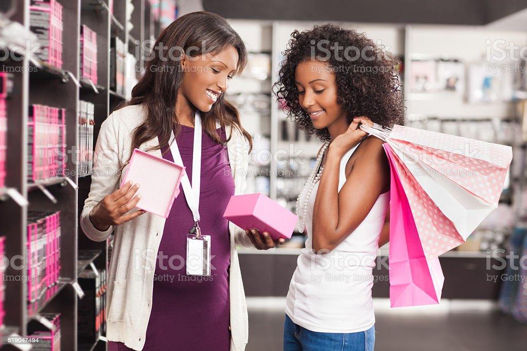 Schwangere Frau Verkäufer im Schönheit Shop. – Foto