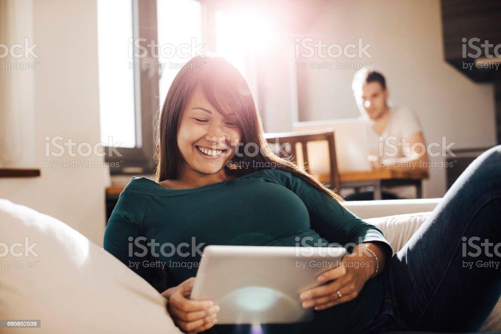Mujer embarazada sala de estar con sofá - foto de stock