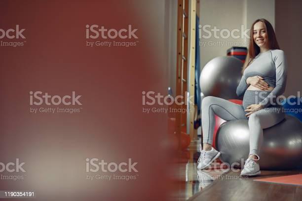 Pregnant woman training in a gym picture id1190354191?b=1&k=6&m=1190354191&s=612x612&h=i7074ppq0 bwvmn9htbgzrsizc6r3mivrhwbirxhyrq=