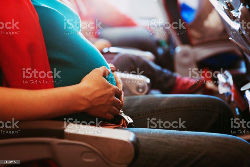 妊娠中の女性飛行機での旅 ストックフォト