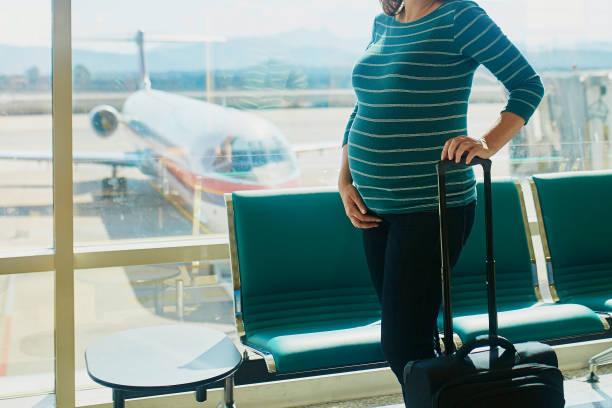 Schwangere Frau reisen mit dem Flugzeug – Foto