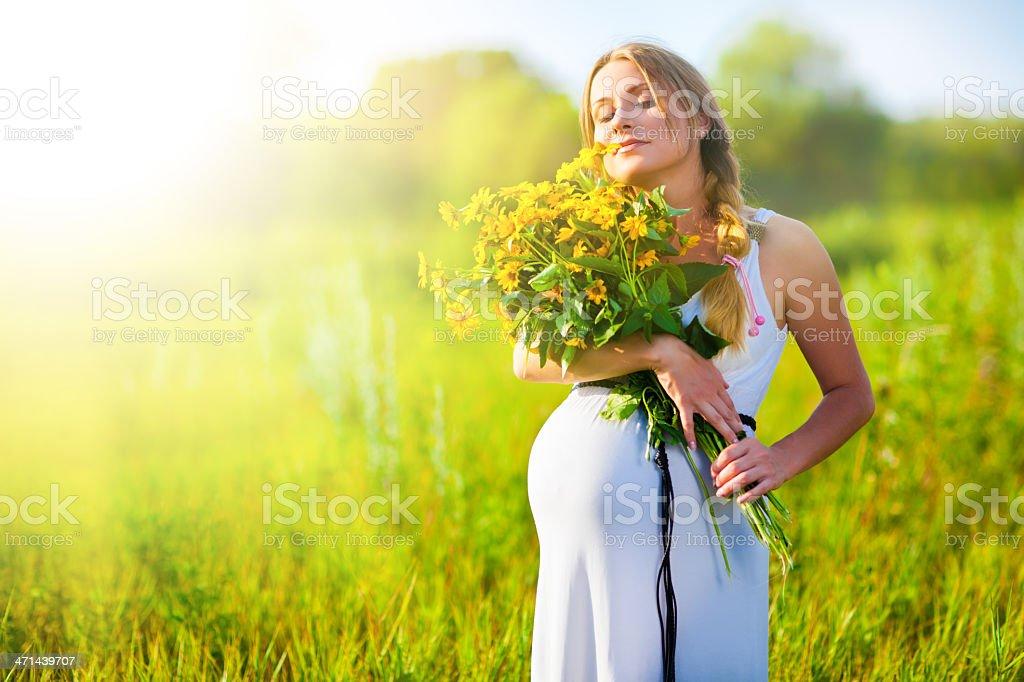Schwangere Frau mit Blumen – Foto