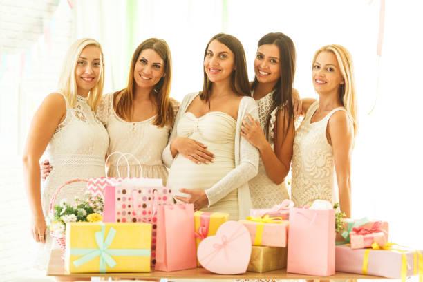mujer embarazada con sus amigas - baby shower fotografías e imágenes de stock