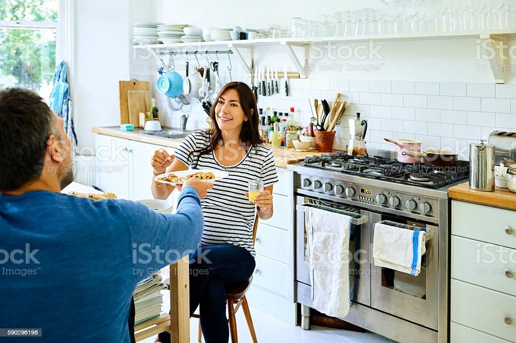 Pregnant woman with her husband having breakfast royaltyfri bildbanksbilder