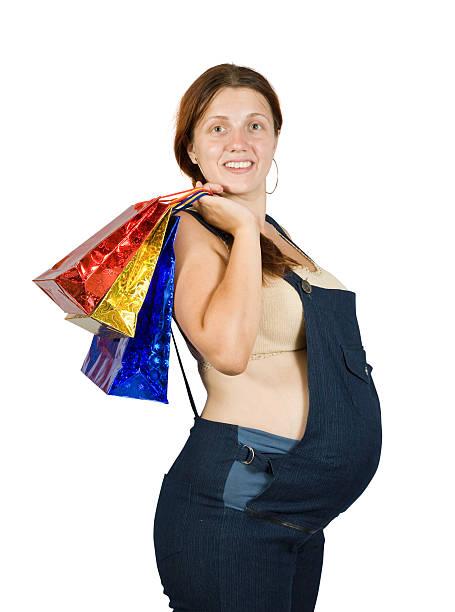 schwangere frau mit einkaufstasche - latzhose für schwangere stock-fotos und bilder