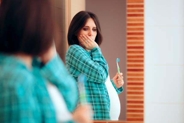 Schwangere Frau mit Zahnschmerzen und wundem Zahnfleisch – Foto