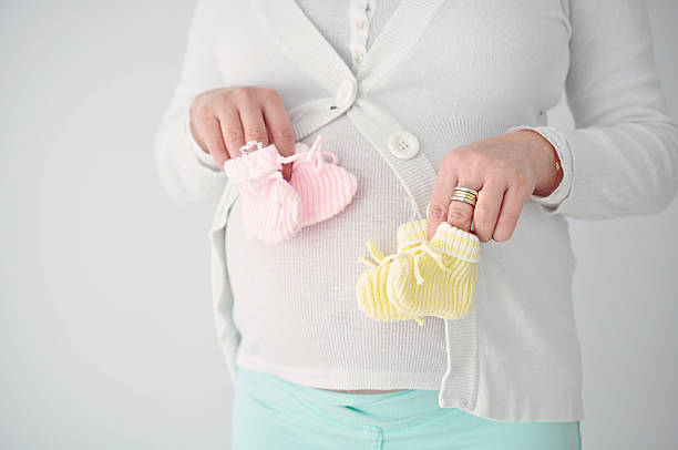 donna incinta con due letti singoli - gemelle foto e immagini stock