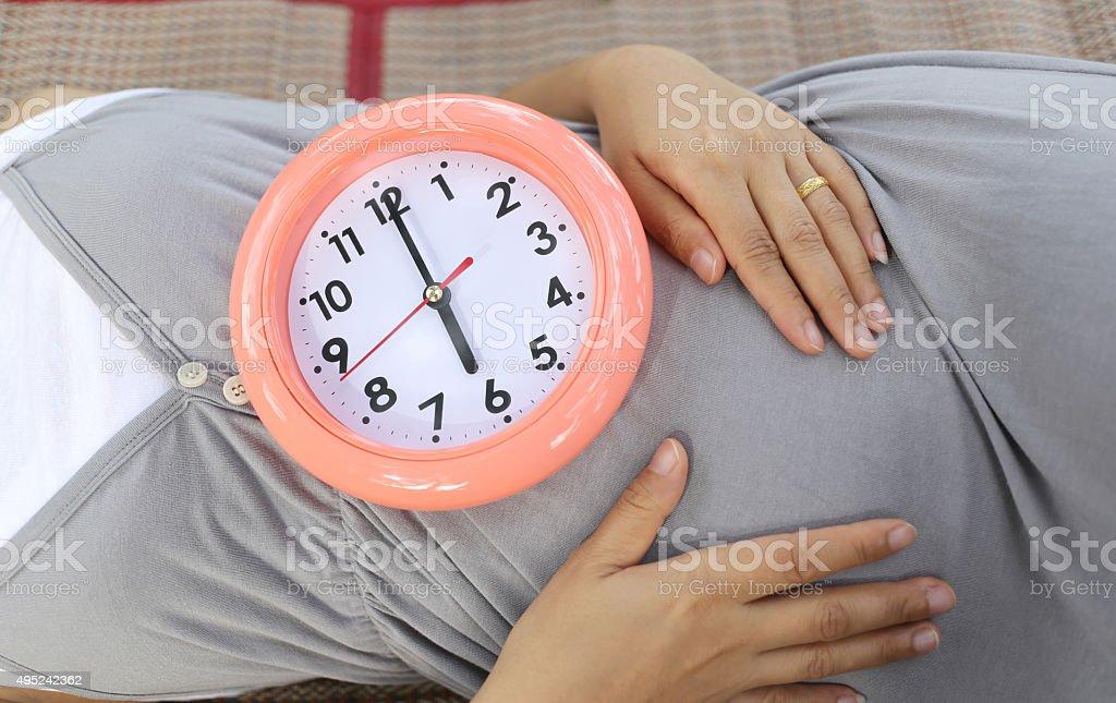 妊娠中の女性は彼女の腹時計に表示されます - 2015年のストックフォト ...