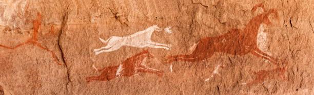 libya sahara çölü'nde tarih öncesi petroglifler - mağara resmi stok fotoğraflar ve resimler