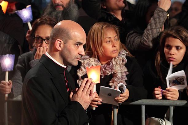 prałat podczas droga krzyżowa, któremu przewodniczy papież franciszek - pope francis zdjęcia i obrazy z banku zdjęć
