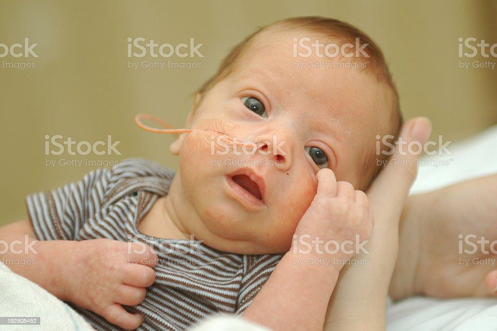Frühgeburt baby boy mit einer hand stützt den Kopf – Foto