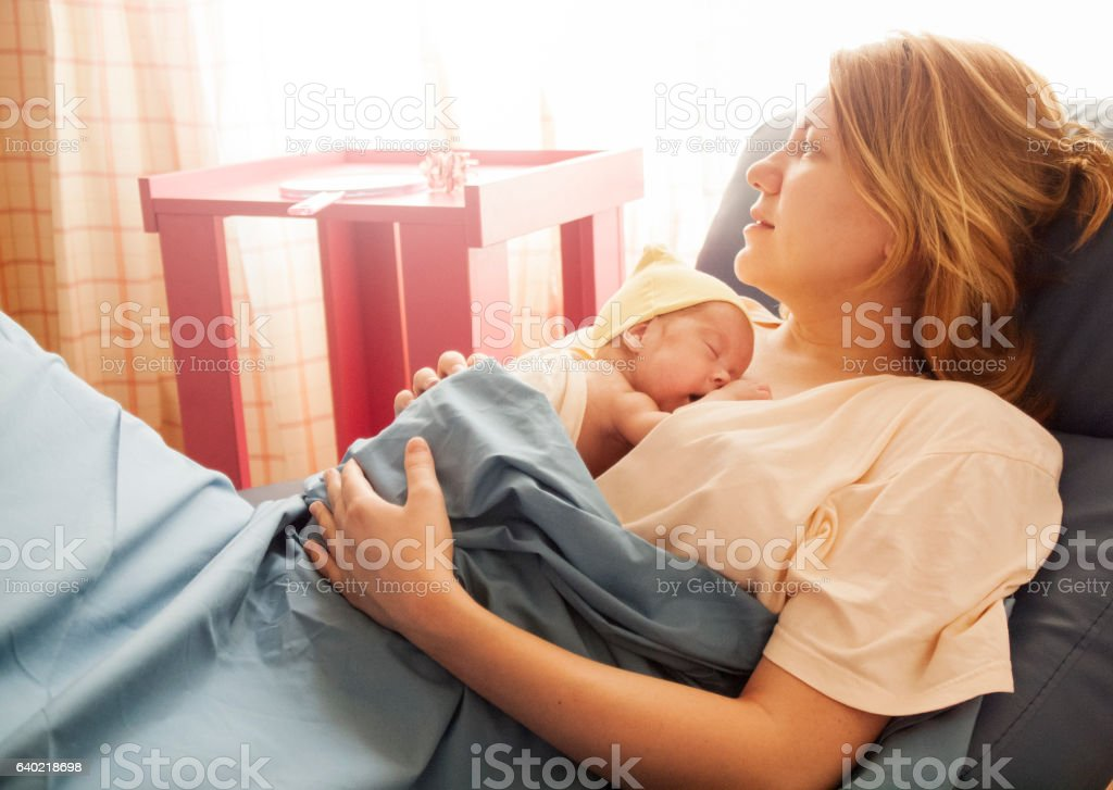 Premature baby girl resting on mother's breasts圖像檔