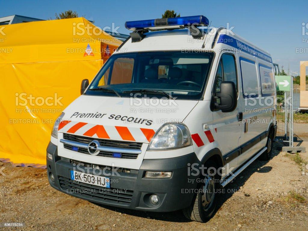 Premier Secours secourisme aide van garé dans la rue de Frnace - Photo