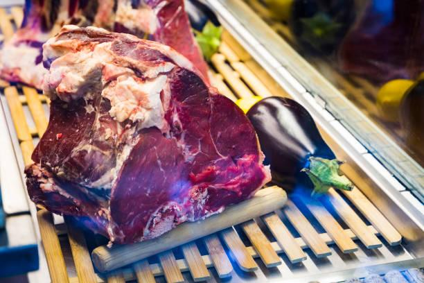 prämie im alter von rindfleisch in einem schaufenster in einem restaurant - wie alt werden kühe stock-fotos und bilder