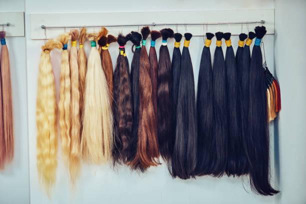 premium-haar verlängerung palette mit farbproben von blonde - haarverlängerung stock-fotos und bilder