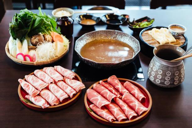 サークル木製プレートに大理石の高質感を持つプレミアム珍しいスライス黒 (黒豚) 豚すき焼・しゃぶしゃぶセット野菜を添えてください。 - 韓国文化 ストックフォトと画像