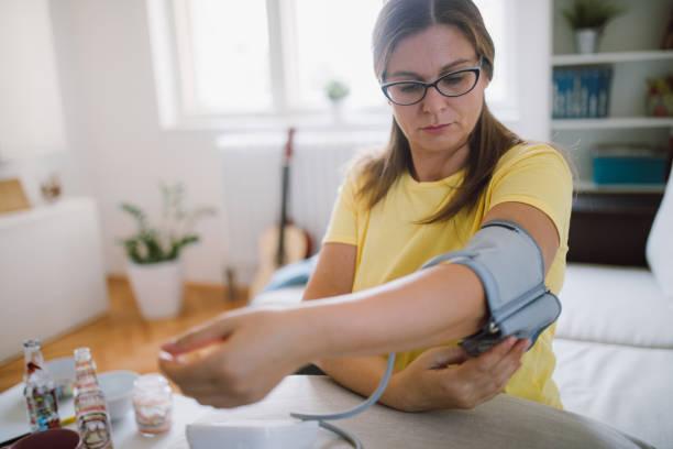 förberedelse kontroll blod arbetstryck - kronisk sjukdom bildbanksfoton och bilder