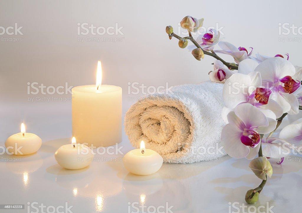 Préparation de bain blanc avec des serviettes, bougies et orchidée - Photo