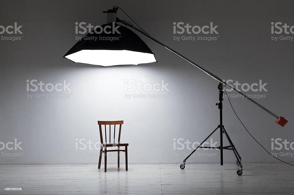 Preparazione per studio di ripresa vuoto sedia e illuminazione da